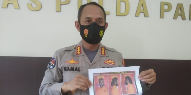 Kabid Humas Polda Papua, Kombes Pol. AM. Kamal menunjukkan foto Anggota KKB yang ditangkap di Timika saat Konferensi Pers di Media Center Mapolda Papua, Rabu (17/3/2021) siang. (Foto: Seo Balubun)