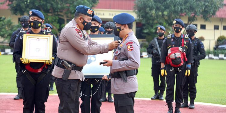 Kakorbrimob Irjen Pol Anang Revandoko menyematkan Brevet Perang Kota kepada Kapolri Jenderal Listyo Sigit Prabowo di Jakarta, Jumat (26/3/2021). Foto: Divisi Humas Polri