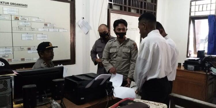 Personel Polres Sarmi Bantu Proses Verifikasi Online Penerimaan Calon Bintara Polri Diruangan Bagian Sumda Polres Sarmi, Selasa (30/3/2021). Foto: Humas Polres Sarmi