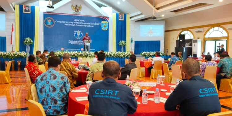 Wakil Gubernur Mohammad Lakotani,S.H.,M.Si menyampaikan sambutan dalam Lounching (CSIRT) Pemerintah Daerah Papua Barat di Ballroom Aston Niu Manokwari, Kamis (27/5/2021). (Foto : Istimewa)