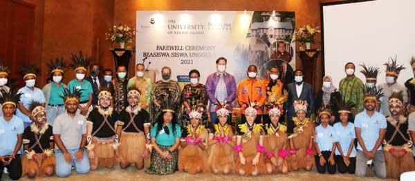 Wakil Duta Besar AS untuk RI, Heather Variava didampingi Kepala BPSDM Papua, dan  Anggota DPR RI, DPRP dan Pejabat Pemerintah Pusat saat pelepasan 24 Pelajar OAP ke Amerika, Kamis (17/6/2021) malam di Hotel Darmawangsa, Jakarta