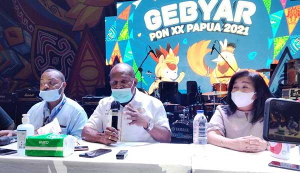 Ketua Harian PB PON XX Papua Yunus Wonda (tengah)