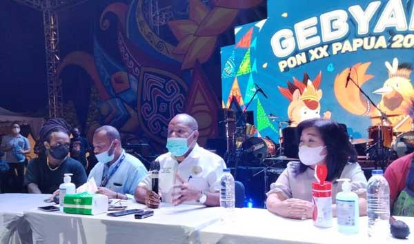 Ketua Harian PB PON XX Papua Yunus Wonda (tengah) saat memberikan pernyataan pers