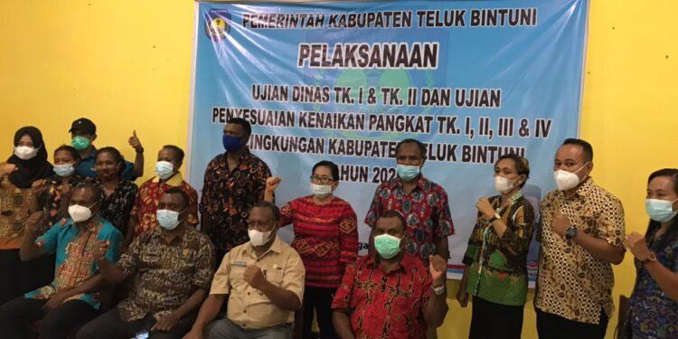 Plt Sekda Teluk Bintuni Drs Frans Awak bersama peserta ujian dinas Kabupaten Teluk Bintuni di Aula SMP Negeri Manimeri, Bintuni, Jumat (4/6/2021).(Foto : Humas Setda Teluk Bintuni)