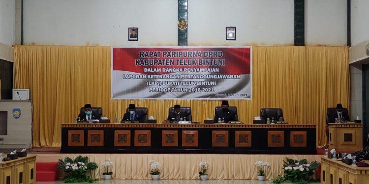 Rapat Paripurna DPRD Teluk Bintuni dalam rangka penyampaian LKPJ akhir masa jabatan Bupati Teluk Bintuni periode 2016 - 2021 di Aula Kartini, Ruko Panjang Bintuni, Senin (14/6/2021).(Foto : KENN)
