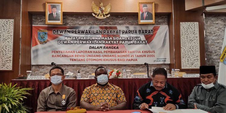 Tiga Unsur Pimpinan DPR Papua Barat bersama ketua pansus revisi UU Otsus Papua Yan Anthon Yoteni saat menggelar konfrensi pers di Manokwari, Kamis (17/6/2021).(Foto : KENN)