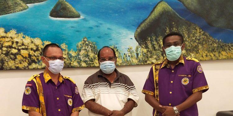Pengurus DPP IKA-UNIPA Bersama Walikota Sorong Drs Ec. Lamberhtus Jitmau,M.M di Kota Sorong, Jumat pekan lalu.(Foto : Istimewa)