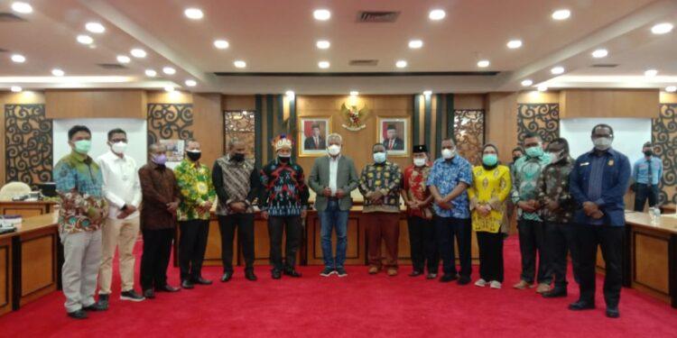 Tim Pansus Revisi UU Otsus DPR Papua Barat bersama Ketua Pansus Revisi UU Otsus DPR RI di Gedung Nusantara II Lantai 3 Kompleks Senayan Jakarta, Rabu (23/6/2021).(Foto : Istimewa)