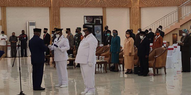 Gubernur Papua Barat Drs Dominggus Mandacan menyerahkan SK Bupati dan Wakil Bupati Teluk Bintuni periode 2021-2024 kepada Kepala Daerah setempat di Auditorium PKK Pemprov Papua Barat, Manokwari, Jumat (18/6/2021).(Foto : KENN)