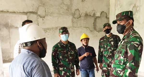 Pangkogabwilhan Letjen TNI Agus Rohman, SIP, MIP memberikan atensi dan penekanan kepada pelaksana proyek agar pembangunan Markas Kogabwilhan III bisa diselesaikan secepatnya