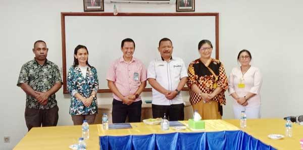 Sekretaris Dewan Drs. Yudi G. Wanma, M.Si (ketiga dari kanan), Kepala Bank Mandiri Cabang Biak Andhika Andar Pribadi (ketiga dari kiri) / Foto : Koreri.com