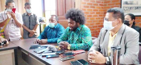 Ketua DPRD Kabupaten Tolikara, Sonny Arson Wanimbo (kedua dari kanan)