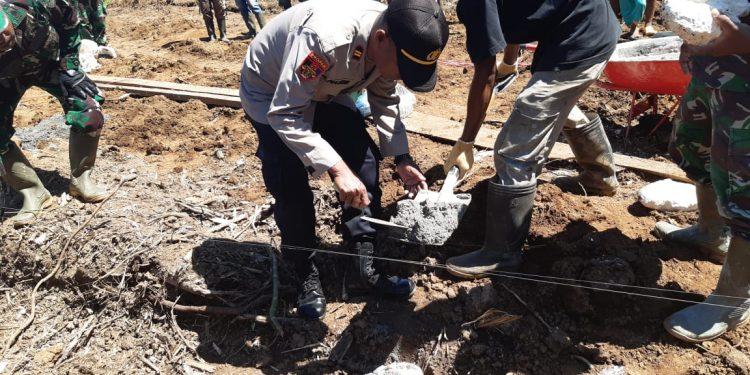 Kapolsek Iptu Arifin Nasim Ikut meletakan batu pertama pembangunan masjid Ar-Rahim di Kampung Dorba, Distrik Pantai Timur, Kabupaten Sarmi, Sabtu (12/6/2021). Foto: Humas Polres Sarmi