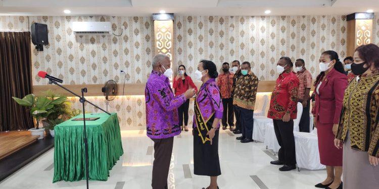 Gubernur Papua Barat Drs Dominggus Mandacan meyematkan salempang Bunda PAUD Ny Juliana Mandacan.(Foto : Istimewa)