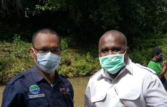 Sekjend DPP IKA-UNIPA Yohanes Ada' Lebang,SP.,M.Si dan Kadis Lingkungan Hidup Kota Sorong Kelly Kambu,S.T.,M.Si.(Foto : Istimewa)