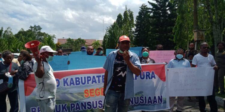 Forum Kemanusiaan melakukan aksi demo damai di kantor DPRD Kabupaten Jayapura, Selasa (22/6/2021) / Foto: IDI