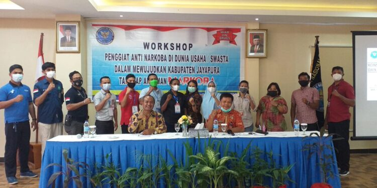 Ketua Kadin Kabupaten Jayapura Yaap Suebu, MH, ketika berpose bersama BNN Kabupaten Jayapura dan para peserta P4GN / Foto: IDI
