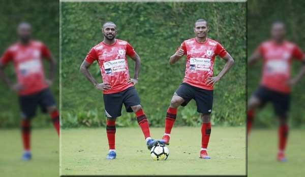 Boaz Solossa (kiri) dan Tinus Pae, dua pemain lawas Persipura Jayapura yang resmi didepak karena indisipliner