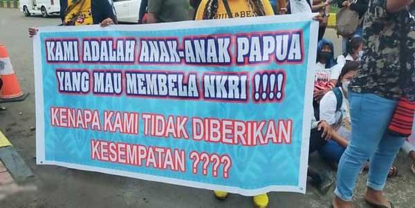Salah satu aspirasi yang ditunjukkan dalam aksi damai di depan Mapolda Papua, Sabtu (24/7/2021)