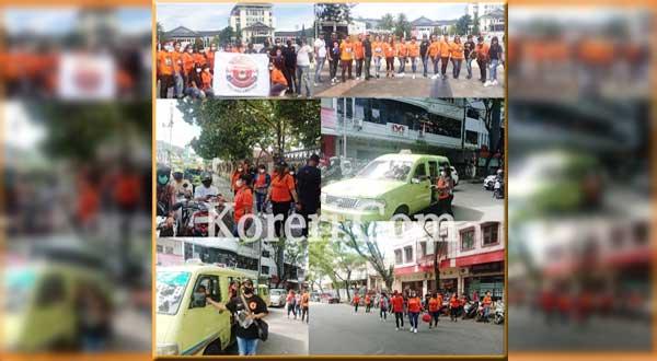 Comunity Holland Ambones menggelar aksi turun ke jalan membagi-bagikan masker gratis ke masyarakat di Kota Ambon, Jumat (23/7/2021)