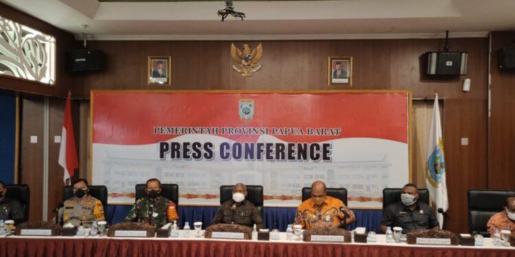 Konfrensi Pers Pemerintah Provinsi Papua Barat menyikapi penetapan UU Otsus Jilid II di Ruang Sogun 1 Aston Niu Manokwari, Kamis (15/7/2021).(Foto : KENN)