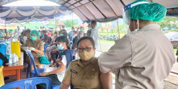 Pemerintah Provinsi Papua Barat Laksanakan Vaksinasi Massal di Lapangan Borasi, Manokwari, Senin (19/7/2021).(Foto : Istimewa)