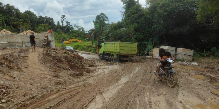 Ruas Jalan Jembatan Darurat di Tahota, Mansel yang rusak rawan saat hujan disoroti anggota DPR Papua Barat Syamsudin Seknun, Senin (19/7/2021).(Foto : KENN)