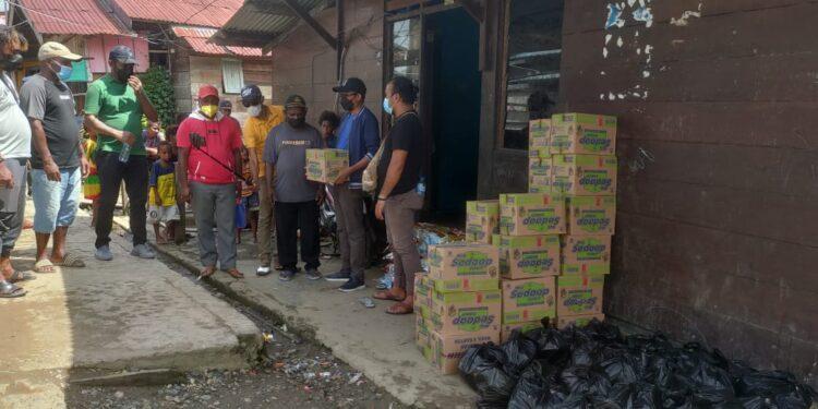 Anggota DPR Papua Barat Syamsudin Seknun,S.Sos.,S.H.,M.H menyerahkan bantuan bahan makanan kepada Kepala Distrik Moskona Barat di Bintuni, Rabu (21/7/2021).(Foto : KENN)