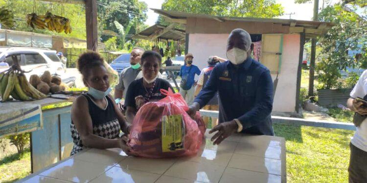 Keluarga Drs Dominggus Mandacan berbagi kasih kepada para pondok jualan di Wilayah Kabupaten Manokwari, Selasa (27/7/2021).(Foto : Istimewa)