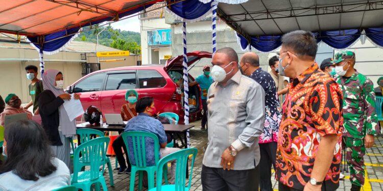 Bupati Manokwari Hermus Indou,S.IP.,M.H didampingi Wakil Bupati Drs Edy Budoyo meninjau pelaksanaan Vaksinasi Massal di Parkiran Manokwari City Mall, Manokwari, Papua Barat, Kamis (29/7/2021).(Foto : KENN)