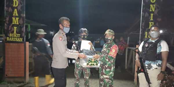 Satgas TNI menyerahkan ke 7 warga tersebut disertai barang bukti kepada pihak Polres Keerom untuk diproses lebih lanjut