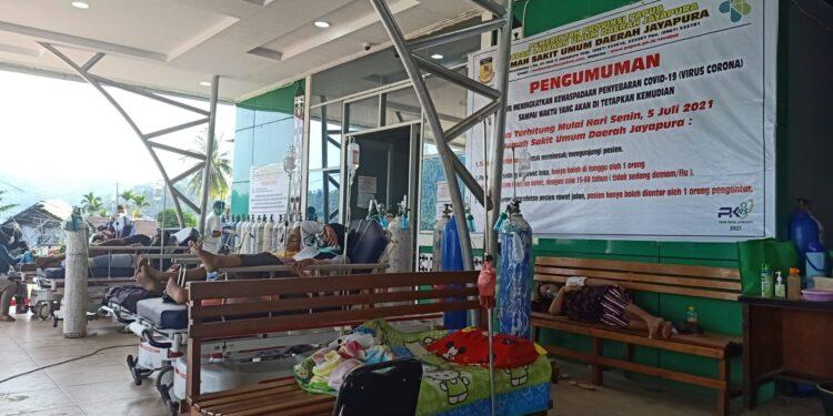 Pasien Positif Covid-19 Rawat Diluar Ruangan IGD RSUD Dok II Kota Jayapura, Sabtu (17/7/2021) / Foto: Naldo