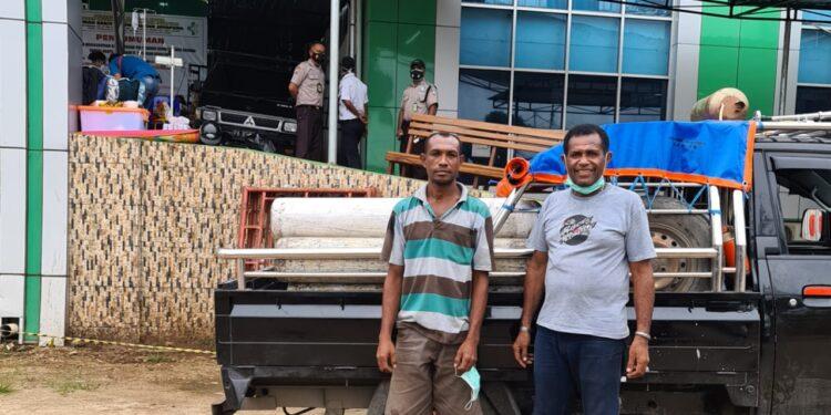Kris Bonsapia dan rekannya foto bersama mobil pick-up di depan IGD RSUD Dok II Jayapura,Minggu (18/7/2021) / Foto: Dokter Silawanus Sumule