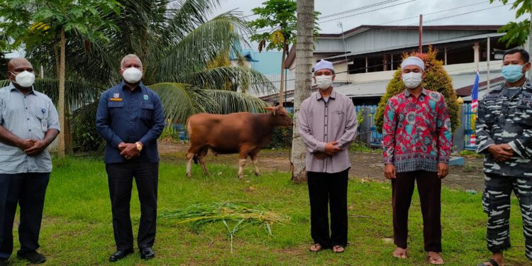Gubernur Papua Barat Drs Dominggus Mandacan menyerahkan hewan qurban secara simbolis kepada umat Muslimse-Papua Barat di Masjid Ridwanul Bahri, Fasharkan Manokwari, Minggu (18/7/2021).(Foto : KENN)