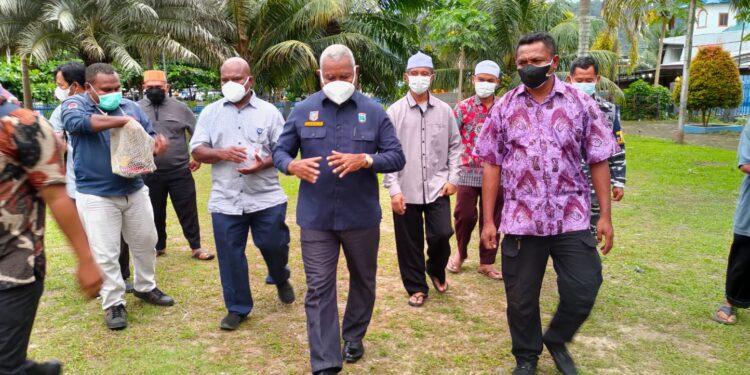 Gubernur Papua Barat Drs Dominggus Mandacan usai menyerahkan bantuan sapi qurban kepada pengurus masjid Ridwanul Bahri, Fasharkan Manokwari, Minggu (18/7/2021).(Foto : KENN)