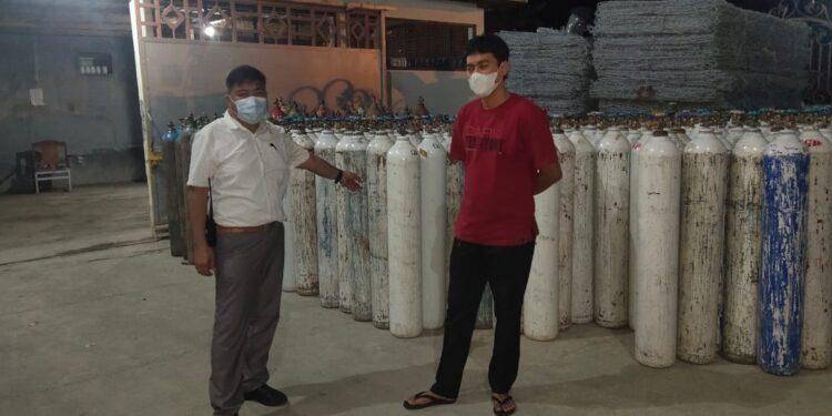 Kasat Reskrim Polresta Jayapura Kota, AKP. Handry Bawiling (kemeja putih) saat mengecek ketersediaan oksigen di gudang PT Indo Gas Distributor tabung gas ke RS di Kota Jayapura, Senin (19/7/2021) / Foto: Humas Polretas Jayapura Kota