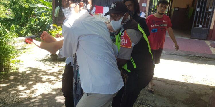 Personil Polsek Jayapura Utara saat evakuasi EFR karyawati PT. Pertamina yang coba bunuh ke RSUD Dok II Jayapura, Senin (26/7/2021) / Foto: Humas Polresta Jayapura Kota