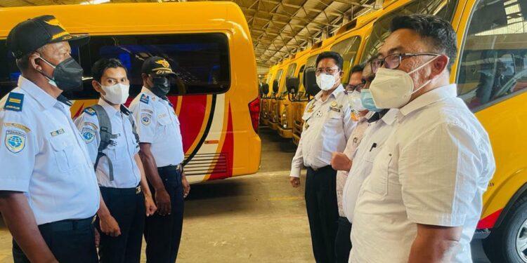 Kadis Kominfo Papua, Jery A. Yudianto bersama Kadishub Papua, Recky Ambrauw tinjau pemasangan GPS di bus operasional PON XX Papua di Jakarta, Selasa (27/7/2021) / Foto: Kominfo Papua