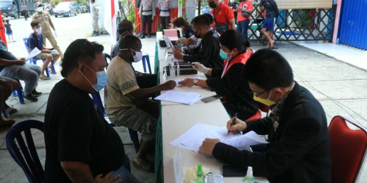 Para Pelanggar Operasi Yustisi Protokol Kesehatan Jalani Sidang Ditaman Imbi, Kota Jayapura, Jumat (29/7/2021) / Foto: Humas Polresta Jayapura Kota