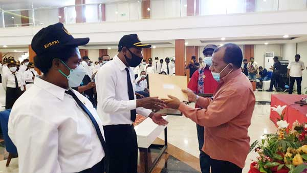 Bupati Mamberamo Raya, Dorinus Dasinapa saat menyerahkan SK CPNS kepada perwakilan ASN Formasi 2018 di Hotel Horison Kotaraja, Kota Jayapura, Rabu (4/8/2021) / Foto: Seo Balubun