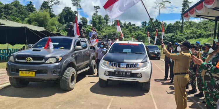 Gubernur Papua Barat Drs Dominggus Mandacan melepaskan masyarakat Moskona Barat ke Kampung Halamannya, Senin(2/8/2021).(Foto : Istimewa)