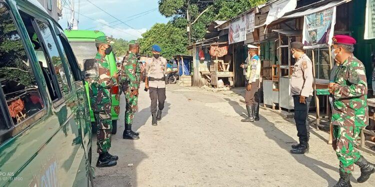 Tim gabungan Satgas COVID-19 Kabupaten Fakfak melakukan razia di tempat umum di Kota Pala Fakfak, Senin (2/8/2021).(Foto : Istimewa)