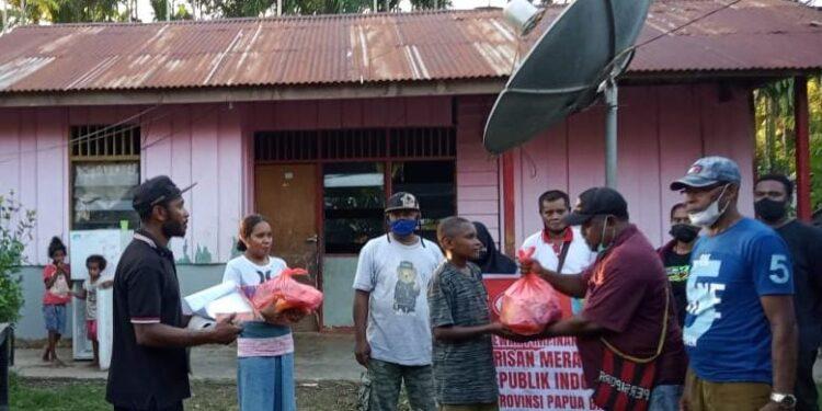 BMP dan BPMP Menyerahkan Bantuan Sembako kepada masyarakat di Wilayah Amban, Anggori dan Mulyono, Kabupaten Manokwari, Sabtu (31/7/2021).(Foto : Istimewa)
