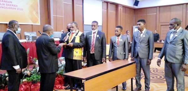 Momen penyerahan LKPJ Bupati TA. 2020 yang telah disetujui DPRK Mamberamo Raya kepada Bupati Dorinus Dasinapa dalam rapat paripurna bertempat di Hotel Horison, Kotaraja, Kota Jayapura, Jumat (10/9/2021)