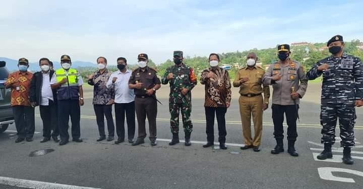 Mendagri M. Tito Karnavian bersama Gubernur Papua Barat dan Forkopimda di Bandara Rendani Manokwari, Senin (6/9/2021).(Foto : Istimewa)