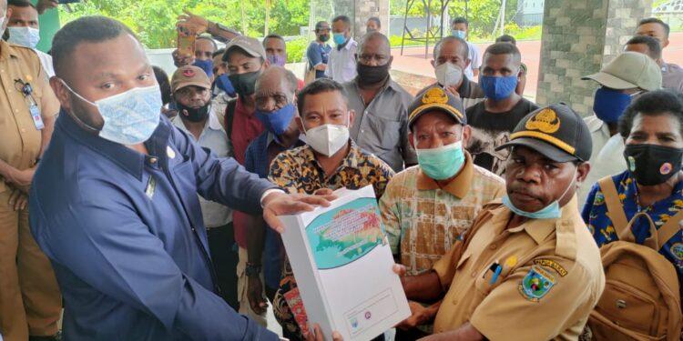 Tim Intelektual Percepatan Pemekaran Calon DOB Kabupaten Manokwari Barat menyerahkan Dokumen Kepada Ketua Fraksi Otsus DPR-PB di Kantor DPR-PB, Senin (13/9/2021).(Foto : KENN)