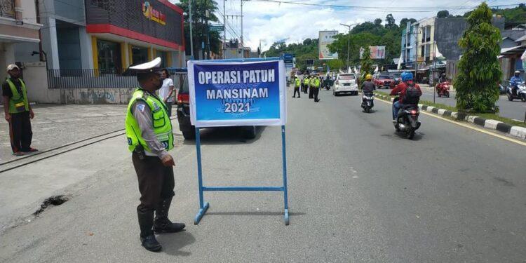 Satlantas Polres Manokwari Gelar Operasi Patuh Mansinam di Jl Trikora Wosi, Manokwari, Sabtu (25/9/2021).(Foto : KENN)