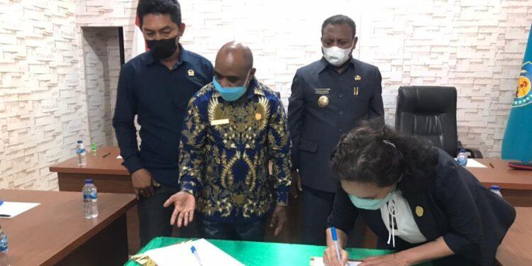 Wakil Ketua I DPRD Teluk Bintuni Herlina Husein menandatangani nota kesepakatan KUA/PPAS Perubahan APBD Kabupaten Teluk Bintuni tahun anggaran 2021 di Kantor DPRD Teluk Bintuni, Jumat (24/9/2021).(Foto : Istimewa)