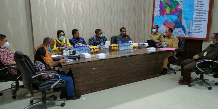Hearing Komisi III DPR Papua Barat bersama BPKAD, Bappenda dan UPT Samsat Teluk Bintuni terkait penerimaan dan pendapatan tahun anggaran di Ruang Rapat Kepala BPKAD Teluk Bintuni, Senin (27/9/2021).(Foto : KENN)
