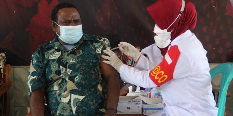 Dua Kepala Suku Arfak Ikut Divaksin dalam kegiatan gerai Vaksinasi COVID-19 di Kampung Udapi Hilir, Distrik Prafi, Kabupaten Manokwari, Senin (27/9/2021).(Foto : Istimewa)